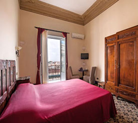 Virtual tour of a room with balcony and beautiful view of downtown Palermo